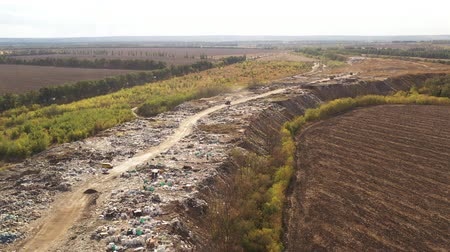 Çingene : Aerial view of Trucks bringing waste to a Garbage pile in trash dump. Large garbage pile at sorting site. Environmental pollution from consumerism. Waste Processing on a rubbish dump.