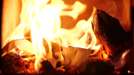 draak : Manuscript pages are burning in fire. Burning open fire. Closeup of flames burning on black background. Bonfire in slow motion. Slow motion of Warm cozy burning Fireplace. Stockvideo