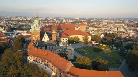 wawel : Aerial drone view of Royal Wawel Cathedral and castle at sunset in Krakow, Poland. Vistula river, park, yard and tourists . Old city of Krakow on the background Stock Footage