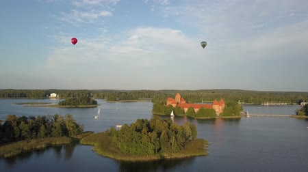 litvánia : Trakai Castle and Lake Galve near Vilnius, Lithuania. The famous Vytautas castle, aerial view. Trakai medieval castle. A great example of masonry fortifications in the Middle Ages. Stock mozgókép