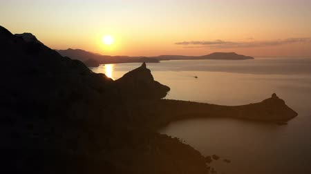 krím : Top view of Karaul-Oba - a historic high mountain in Crimea. Karaul-Oba in the evening against the backdrop of the sunset and the Black Sea in slow motion. Popular tourist object and nature.