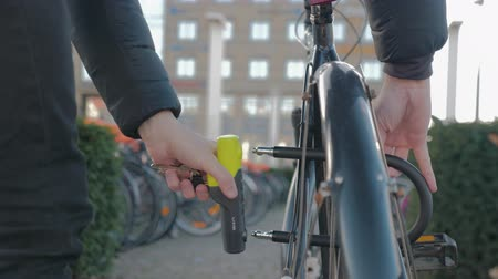 ekolojik : close-up of a man locking his bike with a u-lock Stok Video