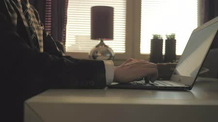 pontão : Businessman works on a Laptop in the evening in a meeting room Stock Footage