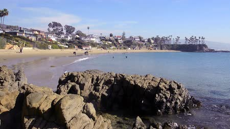 pobřežní : Beautiful Shaws Cove in Laguna Beach, California shows the high style of living along scenic, horseshoe oceanfront Dostupné videozáznamy