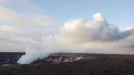 luz do dia : Kilauea volcano spewing up steam and smoke from a vent within the caldera
