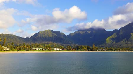 zátoka : A time lapse of Hanalei Bay in Kauai Hawaii shows a stormy scene with a rainbow forming from the combination of rain and sunshine.