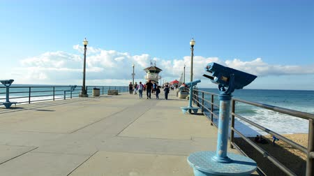 atracação : A 30-minute time lapse shows the tourist foot traffic visiting historic Huntington Beach Pier in Southern California