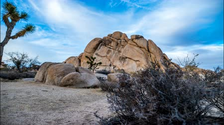 wspinaczka górska : A time lapse of rock climbers climbing Old Woman Rock in Joshua Tree national park as the sun sets Wideo