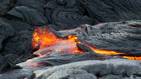 kurutma : Surface flow lava oozes out of the nooks and crannies dried lava during an eruption from Kilauea volcano.