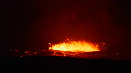 derretido : Boiling, erupting lava in the caldera of Kilauea Volcano shoots magma into the air and creates vast amounts of steam from the hot liquid. Vídeos