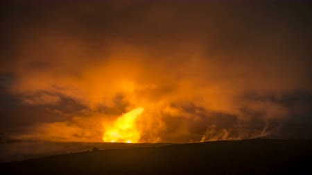 крайняя местности : A time lapse captures the glowing lava lake in the caldera of Hawaiis Kilauea Volcano as it bounces light off of the haze drifting by in the sky.