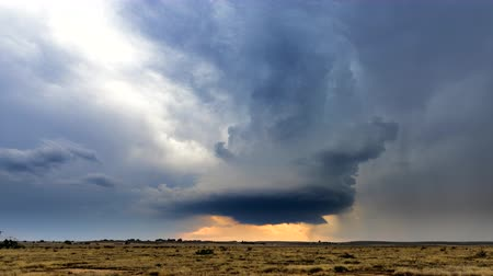 tempestade : Large, powerful tornadic supercell storm moving over the Great Plains during sunset, setting the stage for the formation of tornados across Tornado Alley.