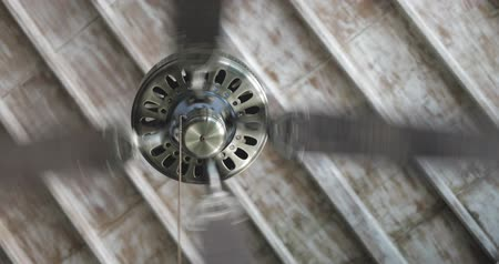 ventilátor : spinning fan or ventilator or blower on ceiling in the room, wooden ceiling, motion