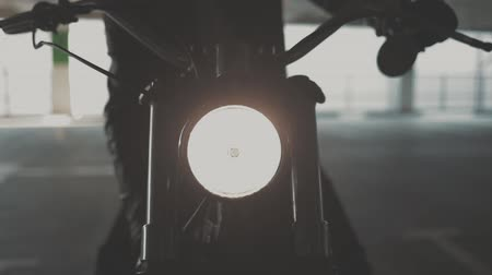 зажигание : Close up of hand of the motorcyclist inserting the key into the ignition lock and starting the engine of the bike. Urban lifestyle scene. Slow motion video shooting by handheld gimbal