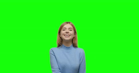 schválení : Young cheerful caucasian woman showing thumbs up over green screen background Chroma Key. 4k video footage slow motion 60 fps Dostupné videozáznamy