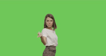 rejeitar : Serious young woman saying no isolated on Green Screen, Chroma Key. 4k video footage slow motion 60 fps