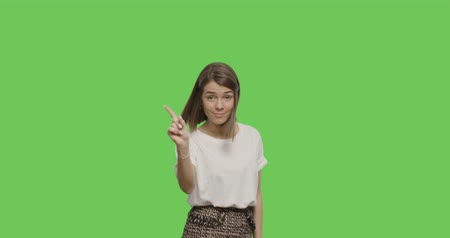 söylemek : Serious young woman saying no isolated on Green Screen, Chroma Key. 4k video footage slow motion 60 fps