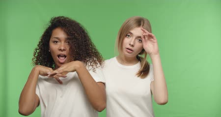 descontente : two attractive girls dancing on chroma key background . Happy women having fun on a Green Screen, Croma key, 4k raw video footage slow motion 60 fps