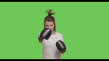 бокс : Sporty girl training, boxing over Green Screen, Chroma Key. 4k raw video footage slow motion 60 fps Стоковые видеозаписи