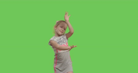 menores : Happy young girl dancing and smiling over green screen background. Happy smiling child on Green Screen, Chroma Key. 4k video footage slow motion 60 fps