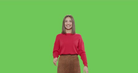 hóquei : Friendly girl waving hand smiling greeting welcoming over green screen background. Cheerful pretty woman smiling on chroma key. 4k raw video footage slow motion