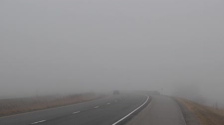 řídit : Car Driving in Thick Fog on Highway and Disappearing