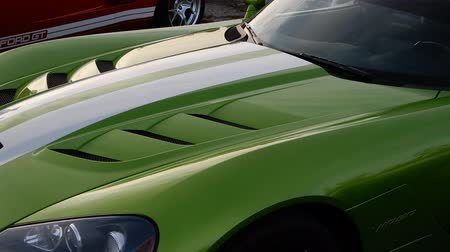 wyscigi : 4K Green Dodge Viper Pan Left To Right Body II