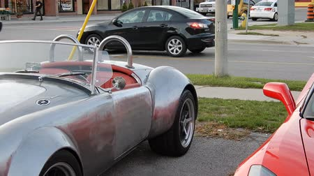 luksus : Silver MG Modified and Red Corvette Stingray Convertible