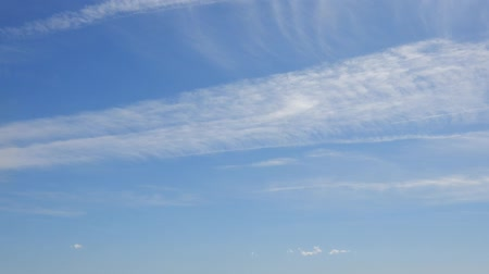 inferior : Beautiful Blue Sky Clouds Timelapse With New Clouds Forming At Bottom Of Frame