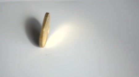 empilhamento : Slow Motion Gold Coin Spinning Off To The Left Stock Footage