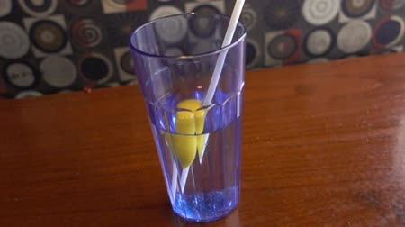 ławka : Slow Motion Water With Straw And Lemon In Glass Panorama