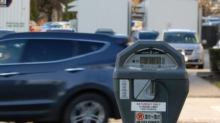 despesas : 4K Zoomed Out Parking Meter As Cars Drive By Vídeos