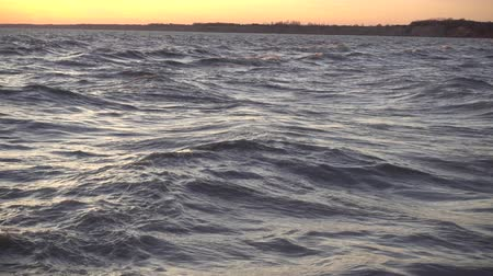 króliczek : 4K Big Ocean Waves Slightly Tilted Horizon Long Clip