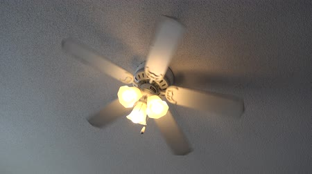 máquina : 4K Ceiling Fan Turning Lights On And Then Spinning Stock Footage