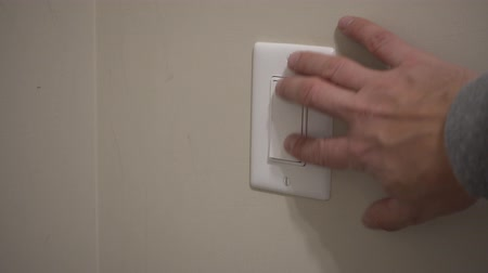 comutar : 4K Mans Hand Turning Off Light Switch