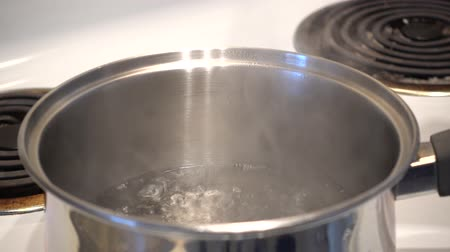 prędkość : 4K Oatmeal Being Added To Pot Of Boiling Water