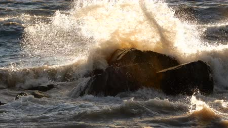 agua : 4K Water Waves Crashing Against Big Rock In Ocean