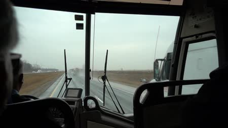 řídit : Slow Motion Bus Driving By Transport Truck On Highway 1 Dostupné videozáznamy