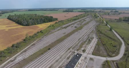 esquerda : Train Station Old Aerial And Train Tracks Fly Over Stock Footage