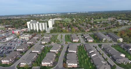 magasság : New Suburbs Subdivision Aerial With Traffic Cars In Distance Higher Angle Closeup Stock mozgókép