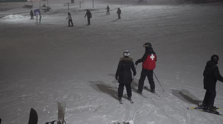 faház : Ski Coach Patrol In Snow Helping Skiers At Night 4K