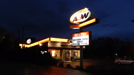 w : 4K A&W Hamburger Store At Night Stock mozgókép