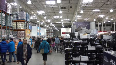 vozíky : 4K People Shopping In America In Store In Big Box Store