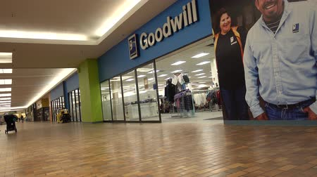 бездомный : Goodwill Industries Store Inside Nearly Empty Shopping Mall 4K Стоковые видеозаписи