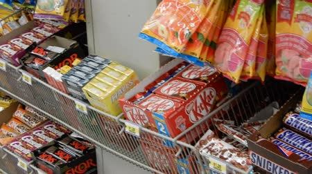 busta plastica : 4K Pan Of Candy Bars In Store Filmati Stock