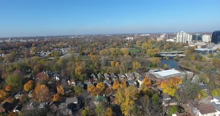 пригород : Flying Over Old Suburbia Then Panning Right Towards Business District Aerial View