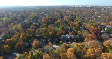 окрестности : Upscale Neighborhood Aerial Drone Shot Flyover