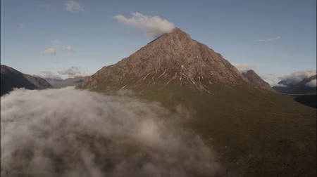 vay : Wide aerial shot of buachaille etive mor mountain in the Scottish highlands with cloud inversion Stok Video