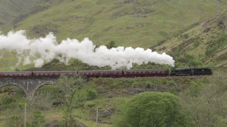 hrnčíř : Stunning shot of the Jacobite Steam Train going over the Glenfinnan viaduct in the Scottish highlands