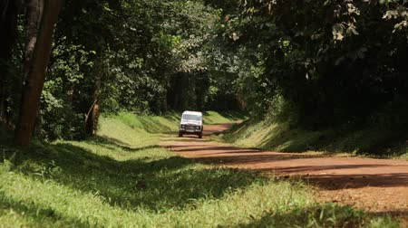 運輸 : A Landrover drives down a rural road in Uganda, Africa 影像素材